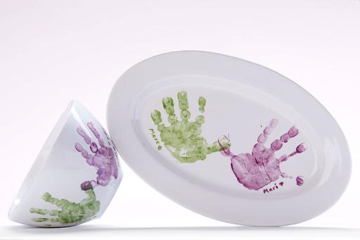 Schale und großer Teller mit Hand- und Fußabdruck von Baby oder kleinkind